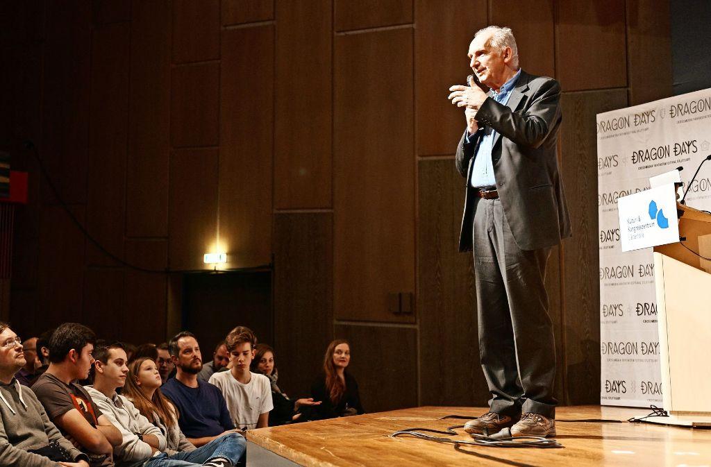 Der Zeichenmeister Alan Lee in der Liederhalle, immer bescheiden und nahe an den Fans. Foto: Schönebaum