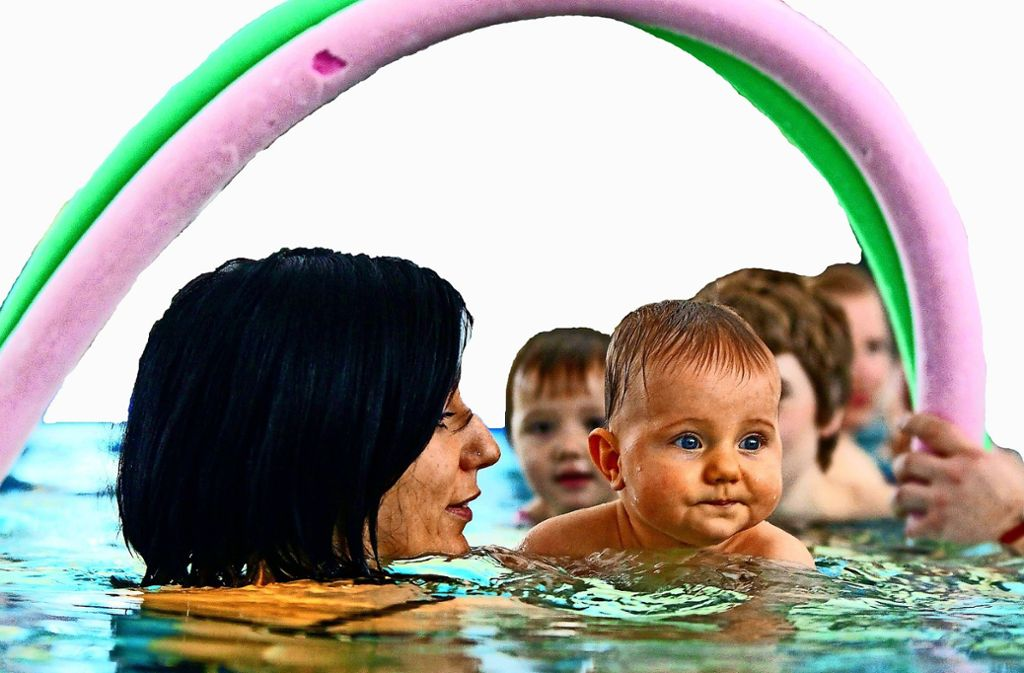 Babyschwimmen steht im Sonnenberger Hallenbad hoch im Kurs. Aber auch viele Senioren haben das Bad lieb gewonnen. Foto: dpa