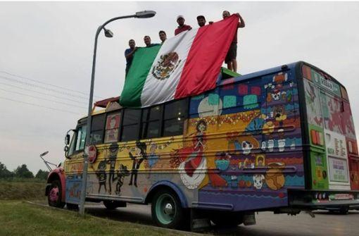 Verrückte Mexiko-Fans reisen im Schulbus an
