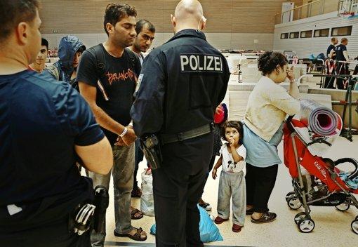 Aufnahme von Flüchtlingen in einer Einrichtung der Bundespolizei in Deggendorf Foto: Getty