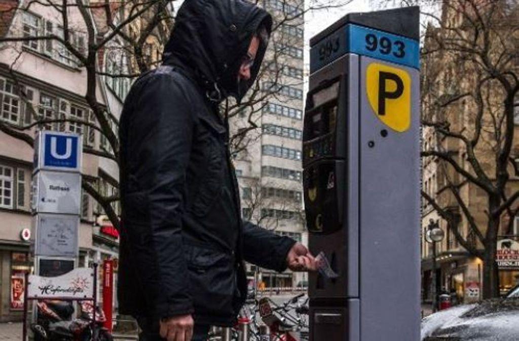 18. Strafzettel: Wer in Stuttgart den Eindruck hat, es stünde bald an jeder Straßenecke ein Kontrolleur, der Parkverstöße ahndet, irrt nur ein bisschen: Denn tatsächlich gibt es immer mehr Mitarbeiter bei der Verkehrsüberwachung. Kein Stuttgarter freut sich über die Knöllchen. Foto: Lichtgut/Max Kovalenko