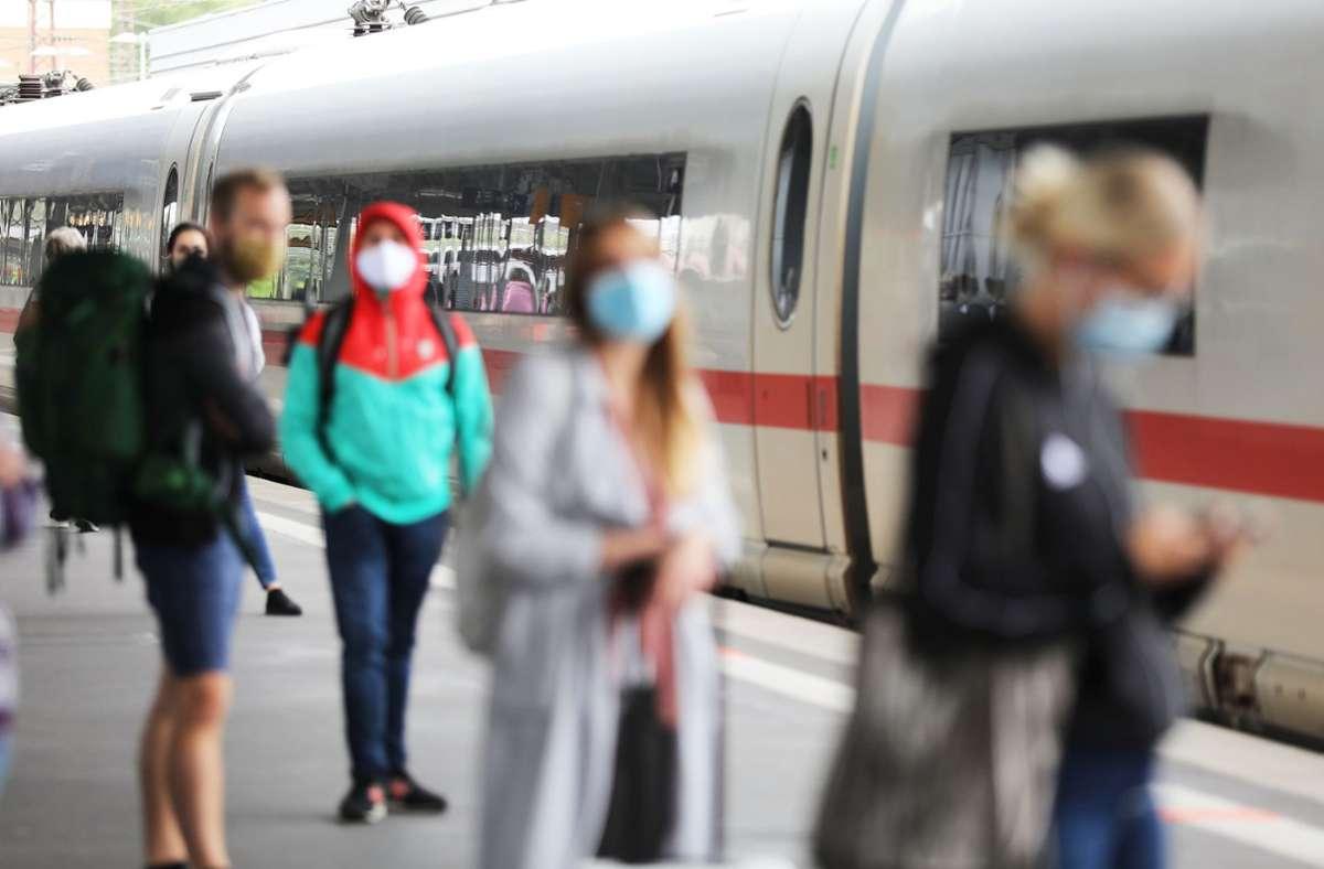 Die Deutsche Bahn hat eine verschärfte Maskenkontrolle in ihren Zügen angekündigt. Foto: dpa/Oliver Berg