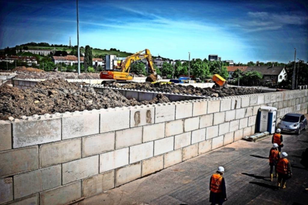 Die Beregnungsanlage für die Erdhaufen, die auf der Baulogistikfläche gelagert werden, soll im Sommer kommen. Foto: Lichtgut/Zweygarth
