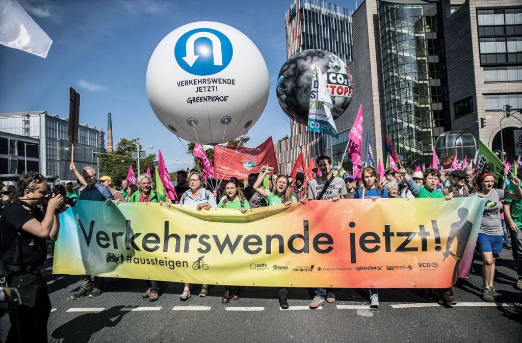 Seit Samstag demonstrieren IAA-Gegner in Frankfurt. Foto: epd/Michael Schick