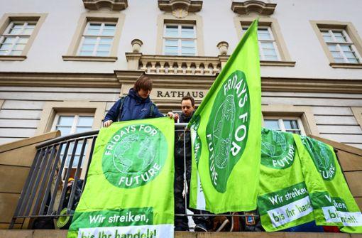 Junge Aktivisten blockieren Rathaus