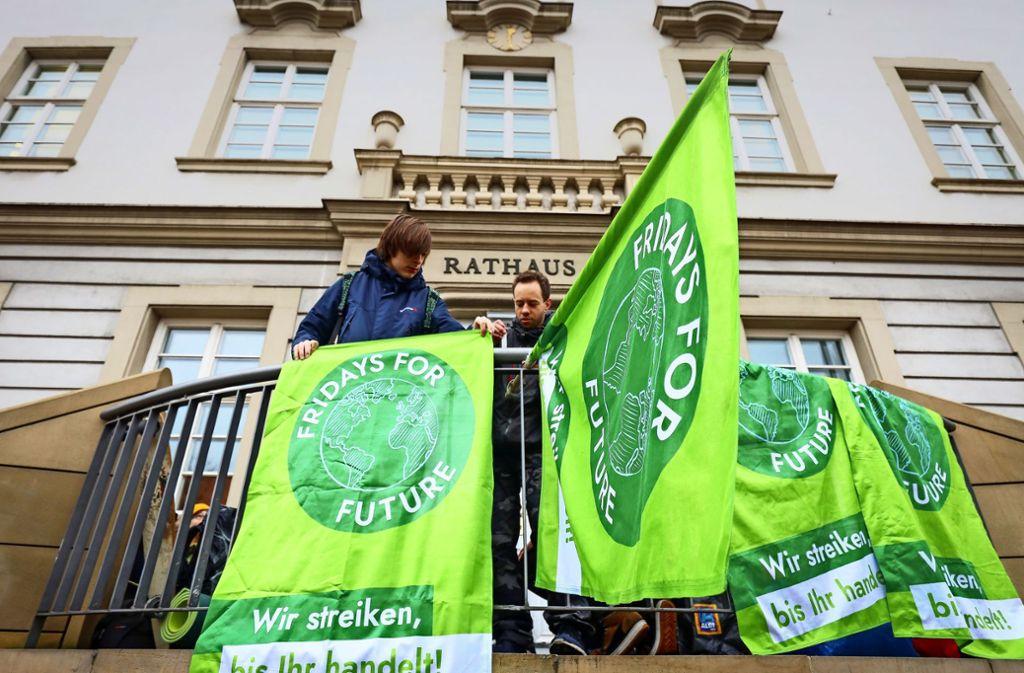 Freitagmittag blockierten Demonstranten den Rathauszugang. Foto: factum/Simon Granville