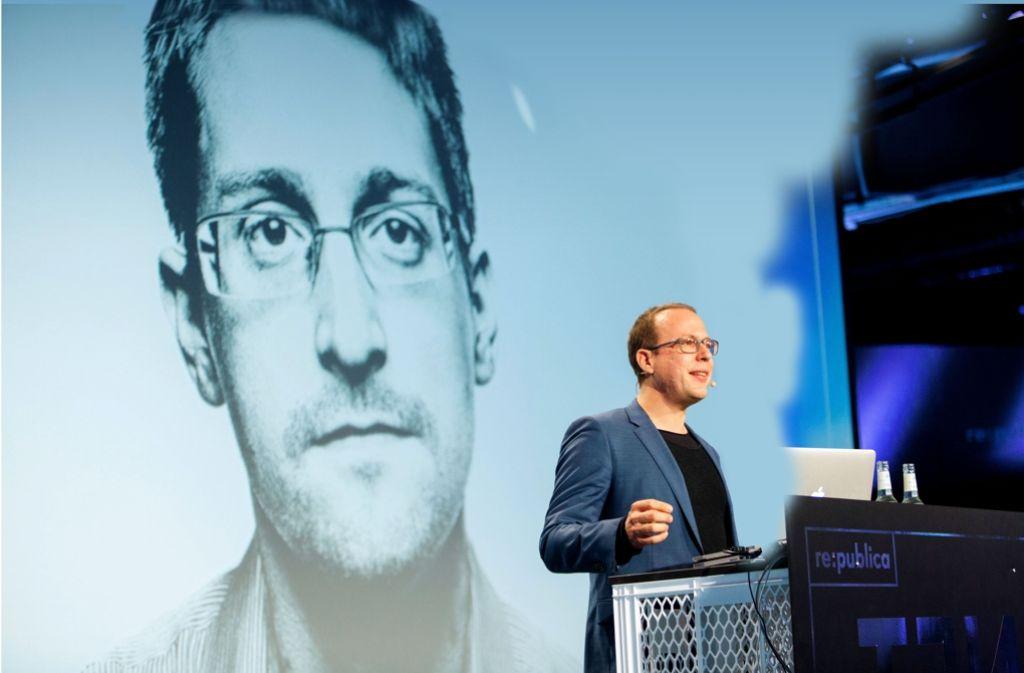 Der Whistleblower Edward Snowden ist zugeschaltet: Der Republica-Gründer Markus Beckedahl (rechts) organisiert seit zehn Jahren die Netzkonferenz. Foto: republicaMontage: Schlösser