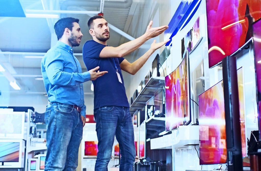 Wer ein neues TV-Gerät kaufen möchte, sollte sich gut beraten lassen Foto: Gorodenkoff - Adobe Stock