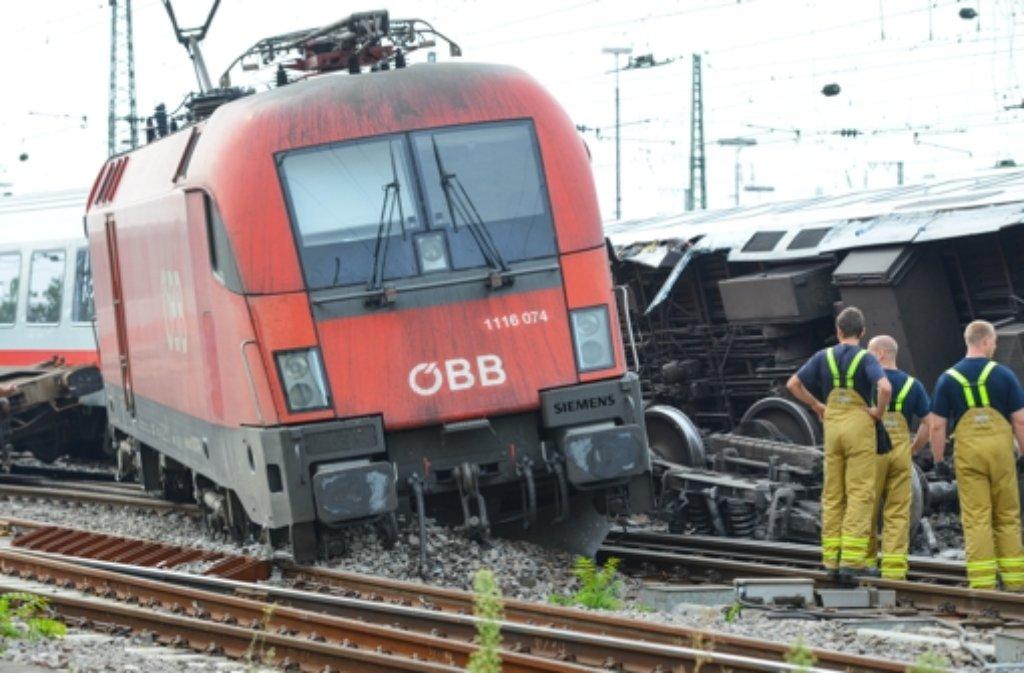 Blick auf die Unglücksstelle am Hauptbahnhof von Mannheim. Auch am Samstag kommt es noch zu Einschränkungen im Bahnverkehr. Foto: dpa