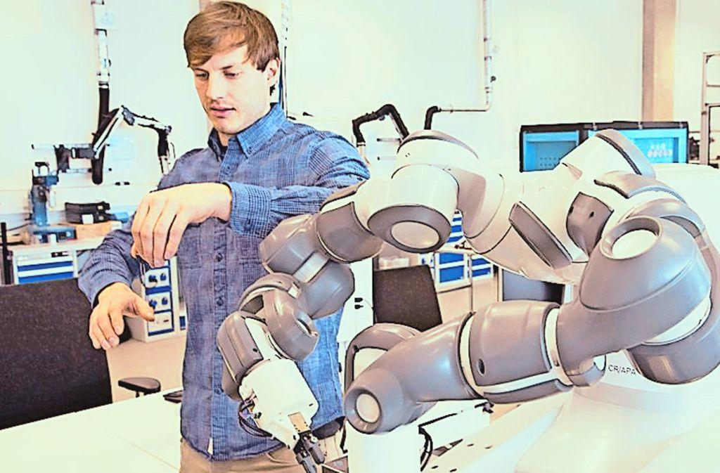 Der Zweiarm-Roboter lernt, indem er die Bewegung des Menschen nachmacht. Foto: Bosch