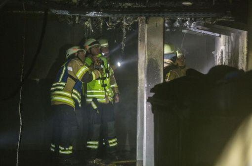 Papiercontainer in Wohnhaus geraten in Brand
