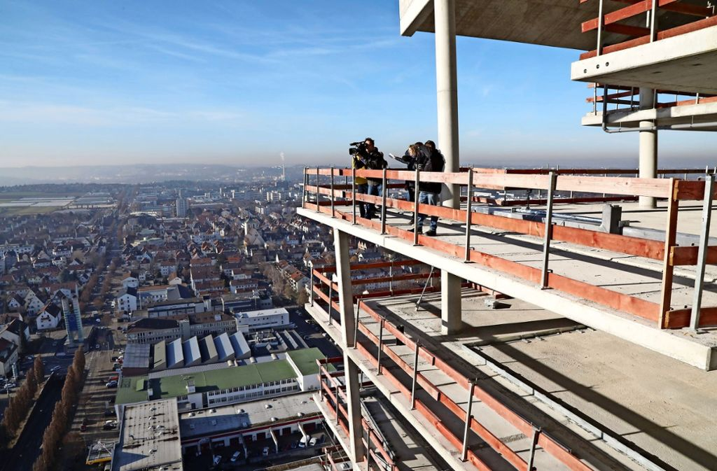 Atemberaubender Blick vom  zugigen 32. Stockwerk des Gewa-Towers. Foto: Patricia Sigerist
