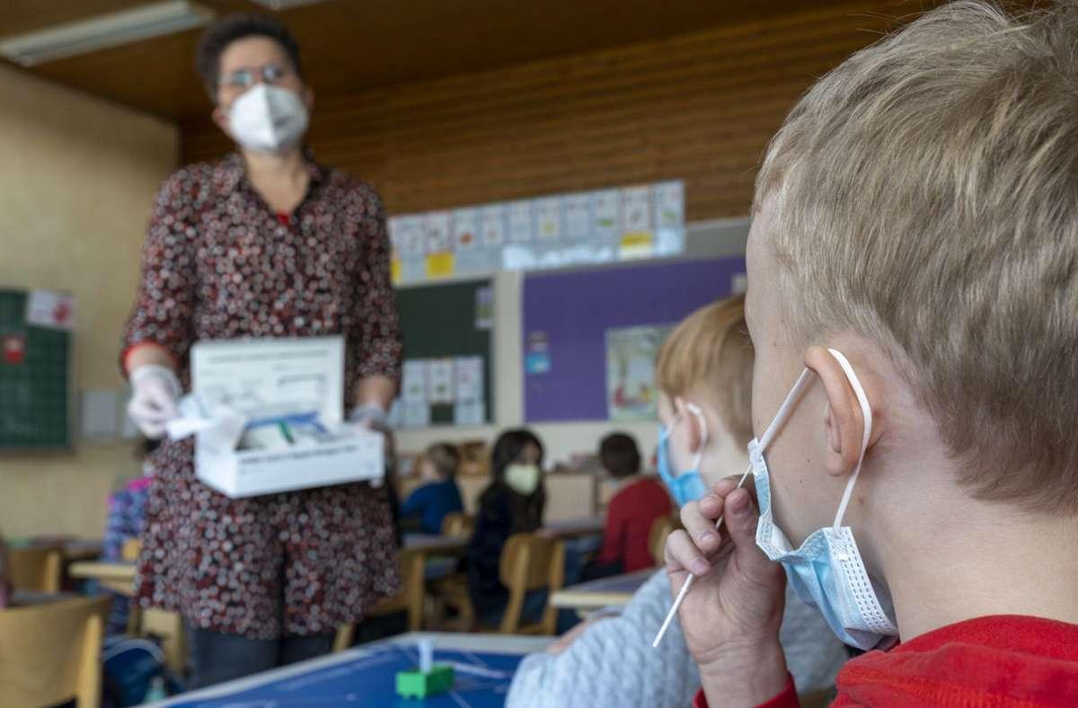 Wo Präsenzunterricht erlaubt ist, müssen sich die Schüler regelmäßig testen lassen. Foto: Jürgen Bach