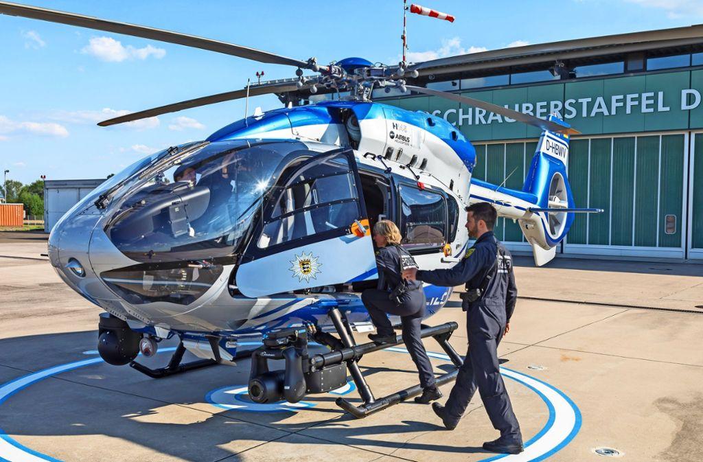 Die Crew hat einen Einsatz bekommen. In wenigen Minuten hebt der Hubschrauber ab. Foto: Thomas Krämer
