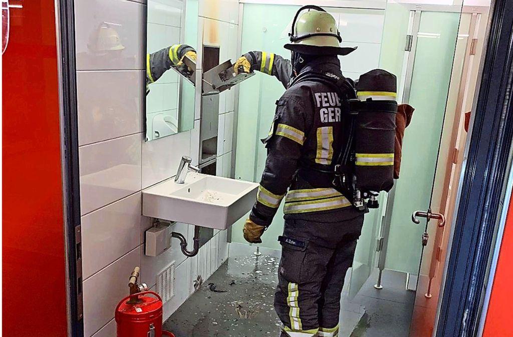 Einsatz für die Feuerwehr: der Handtuchhalter wurde angezündet. Foto: Feuerwehr Gerlingen