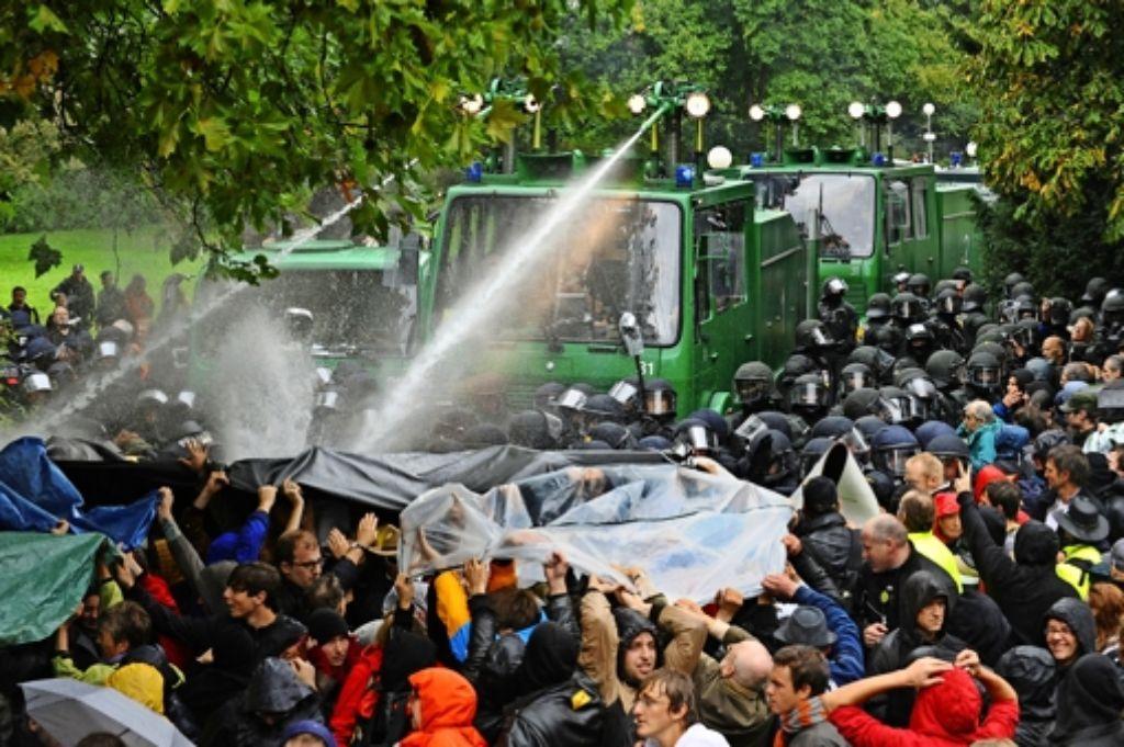 """Ein Wasserwerfer kann es einfach nur regnen lassen oder aber Menschen mit hartem Strahl verletzen - wie am """"Schwarzen Donnerstag"""" 2010. Doch wer war für den Einsatz damals verantwortlich?  Foto: dpa"""