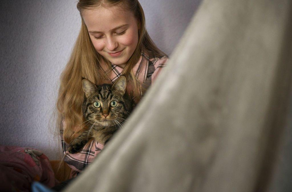 Die Jungschauspielerin Salome Roller mit Kater Johnny. Foto: Gottfried Stoppel