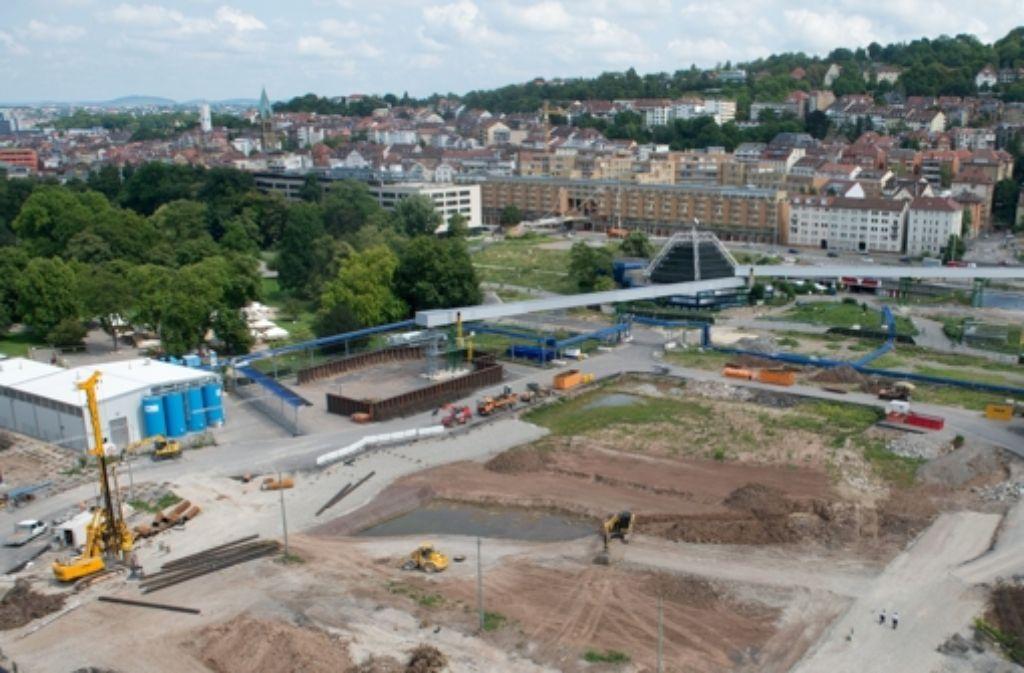 Die Grube für den Tiefbahnhof wird ausgehoben – dre Zeitplan ist eng. Foto: dpa
