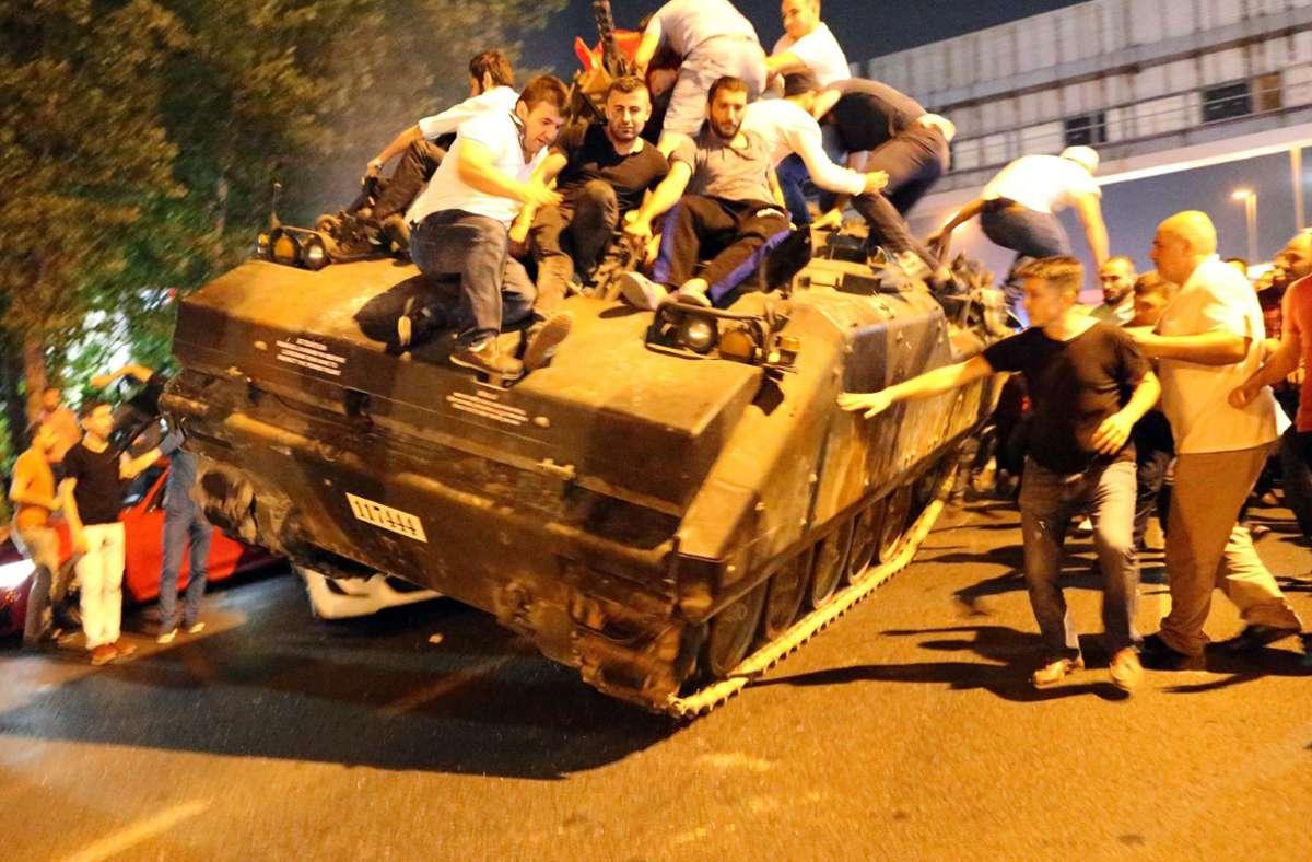 Im Jahr 2016 hatte ein Putschversuch für Tumult in der Türkei gesorgt. Nun fielen Urteile der Gerichte. (Archivbild) Foto: dpa/Tolga Bozoglu