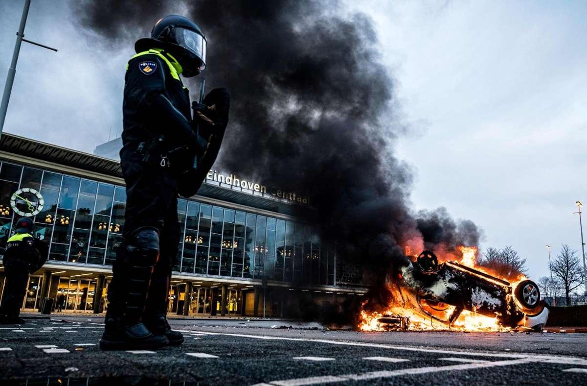 Aus Eindhoven zeigte das Fernsehen Bilder von Jugendlichen, die Geschäfte plünderten, Fahrräder warfen und Brände legten. Auch Autos sollen angezündet worden sein. Foto: AFP/ROB ENGELAAR