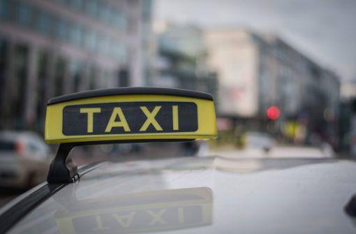 Aggressiver Mann  schlägt Taxifahrer
