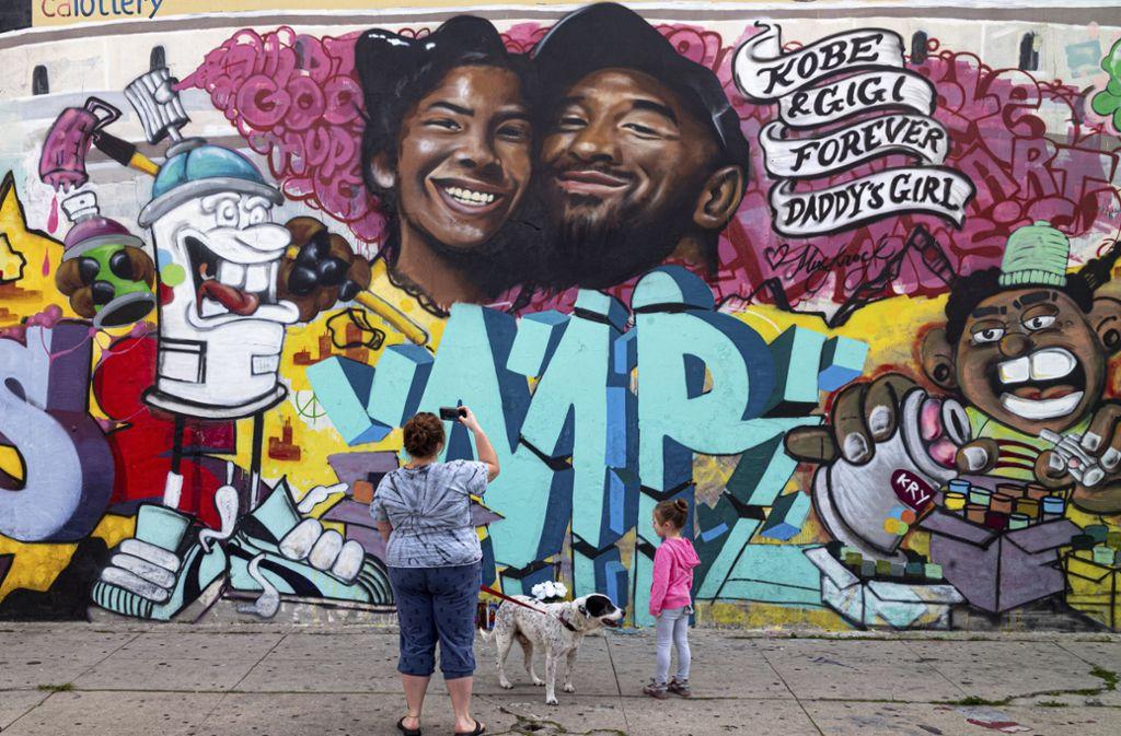 Ein letztes Bild von der Legende: Wandgemälde in Los Angeles, das den verstorbenen ehemaligen Basketballspieler Bryant und seine Tochter darstellt. Foto: dpa/David Crane