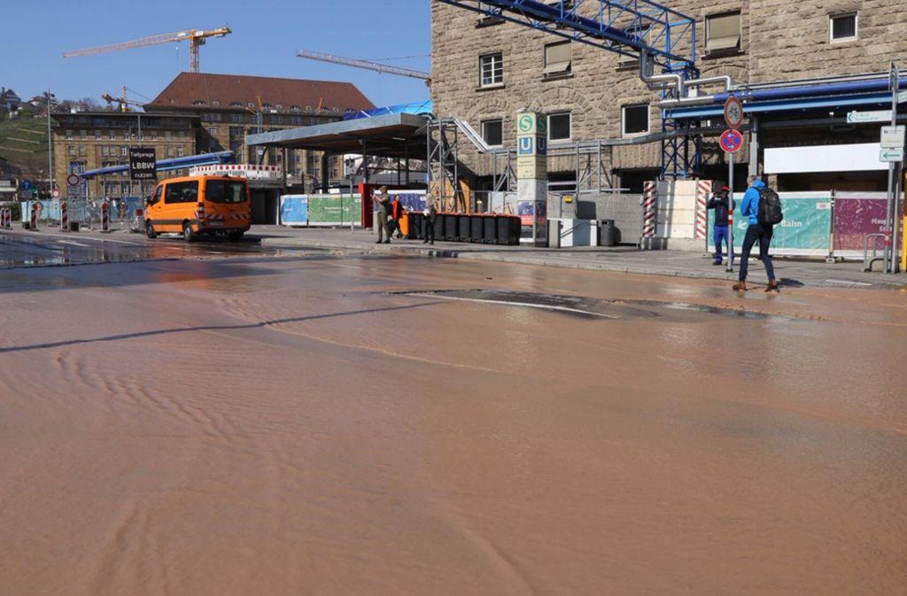 Die Fahrbahn am Arnulf-Klett-Platz  wurde durch das Wasser angehoben und schwer beschädigt. Foto: 7aktuell.de/Sven Adomat