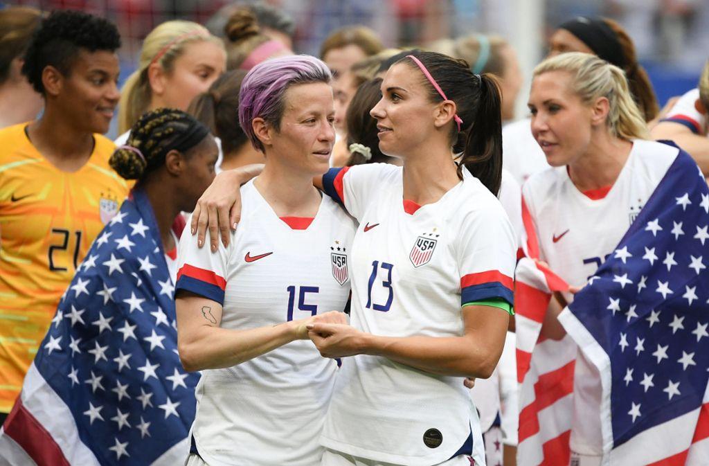 Megan Rapinoe (links) und Alex Morgan nach dem Gewinn der Fußball-WM in Frankreich. Foto: dpa