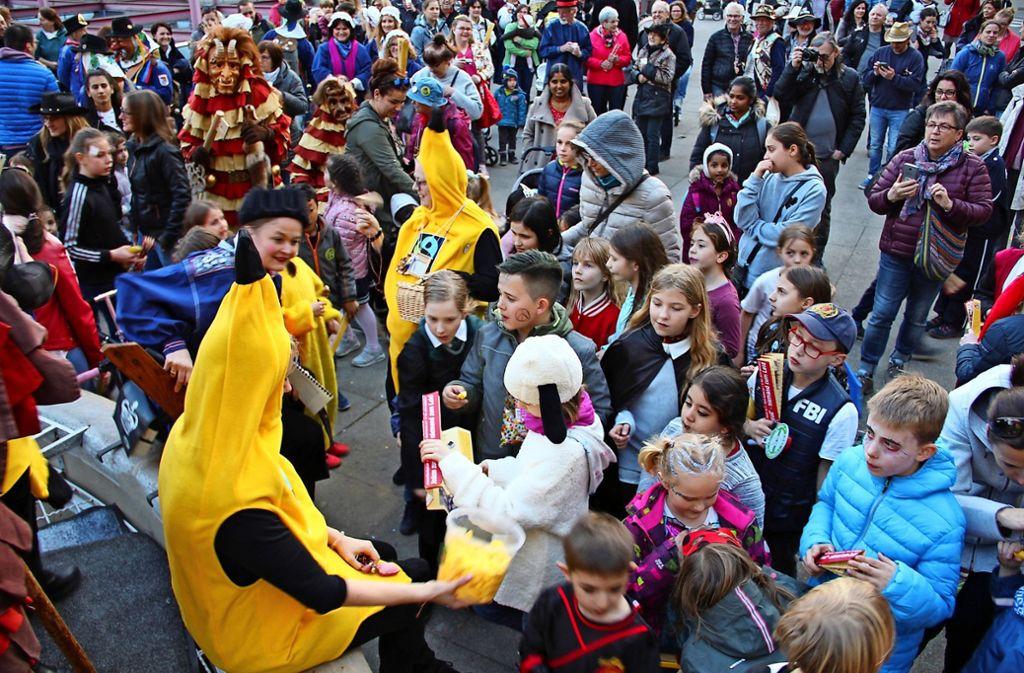Als fair gehandelte Bananen verkleidet haben die Mitarbeiterinnen des Bezirksamtes in Feuerbach auf dem Wilhelm-Geiger-Platz mitgefeiert. Foto: Torsten Ströbele