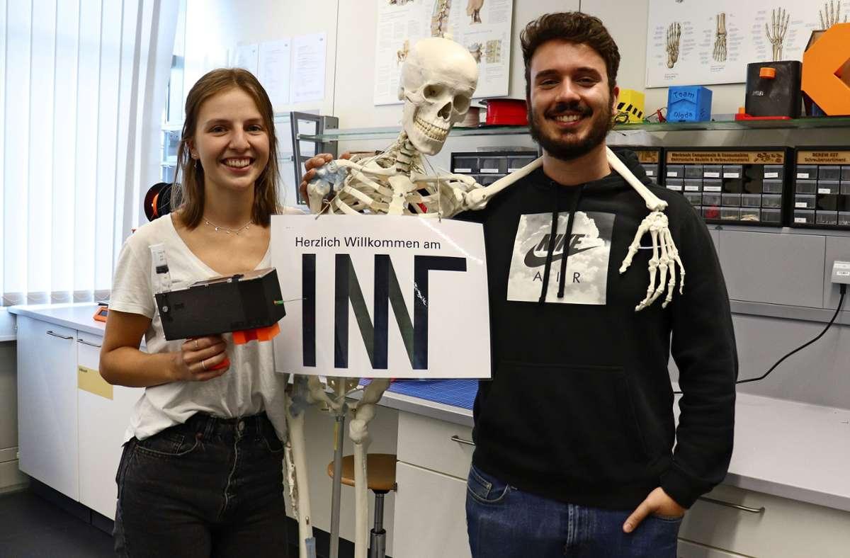 Jolanda Friedrich und Michael Da Silva gehören zu den Studierenden der Universität Stuttgart, die Prototypen für ressourcenschonendes Impfen entwickelt haben. Foto: Carolin Ziegler