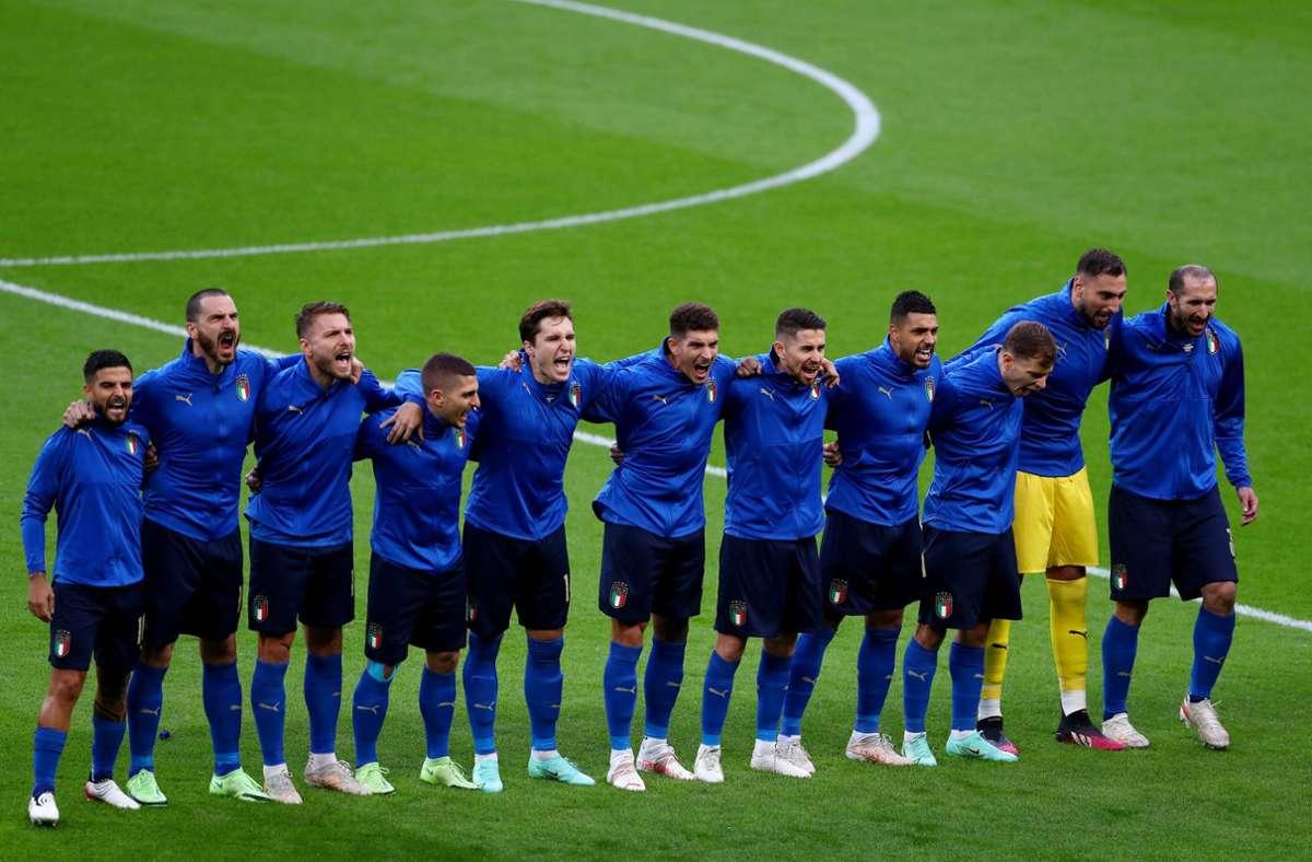 Die italienischen Fußballer singen ihre Nationalhymne vor den Spielen immer mit besonderer Hingabe, wie hier vor dem Halbfinale gegen Spanien. Foto: imago images/Shutterstock/Kieran McManus