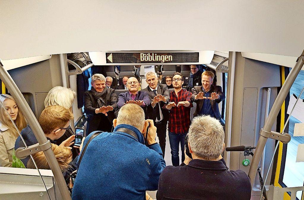 In Bewegung im Zug für den Zug (von links): Martin Rivoir (SPD), Winfried Hermann, Sven Hantel (Bahn), Eric Gauthier   und Georg Keitel (Verkehrsministerium) Foto: Ministerium