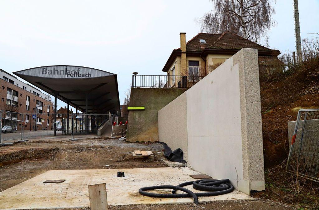 Das Fundament für das Fahrradparkhaus steht längst, aber seither tat sich nichts mehr.  Nun soll es losgehen – gut ein Jahr später als vorgesehen. Foto: Patricia Sigerist