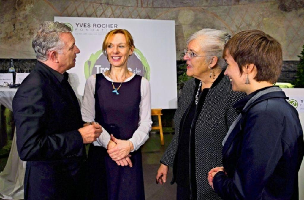 Jacques Rocher plaudert bei der Preisvergabe mit den Preisträgerinnen Denise Wenger, Christine von Weizsäcker und Siliva Hämmerle (v. li.). Foto: imago stock&people