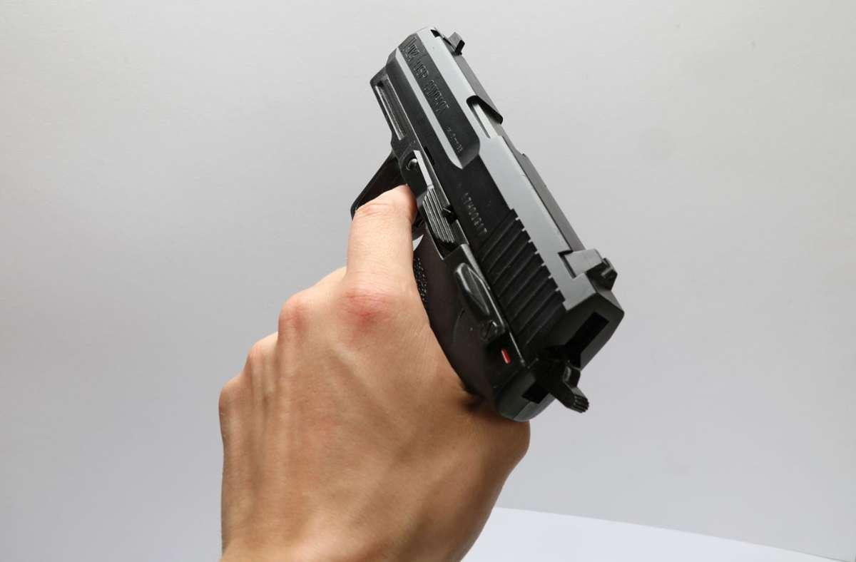 Die Softair-Waffe sah täuschend echt aus (Symbolbild). Foto: imago images/Frank Sorge/Foto via www.imago-images.de