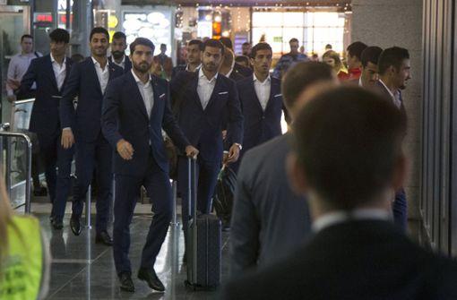Iranische Spieler stehen ohne Fußballschuhe da
