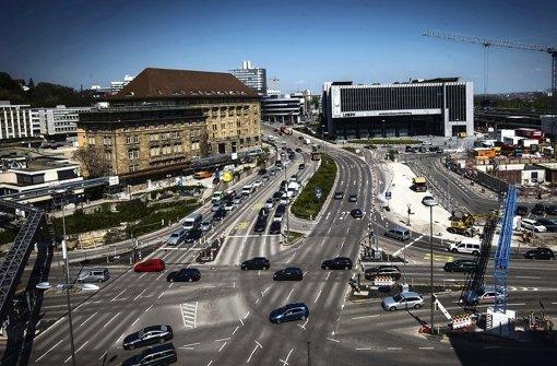 Wo sich heute noch eine begrünte Verkehrsinsel entlang zieht, wird in Kürze eine große Baustellenfläche eingerichtet. Dazu müssen Fahrspuren versetzt werden. Foto: Zweygarth