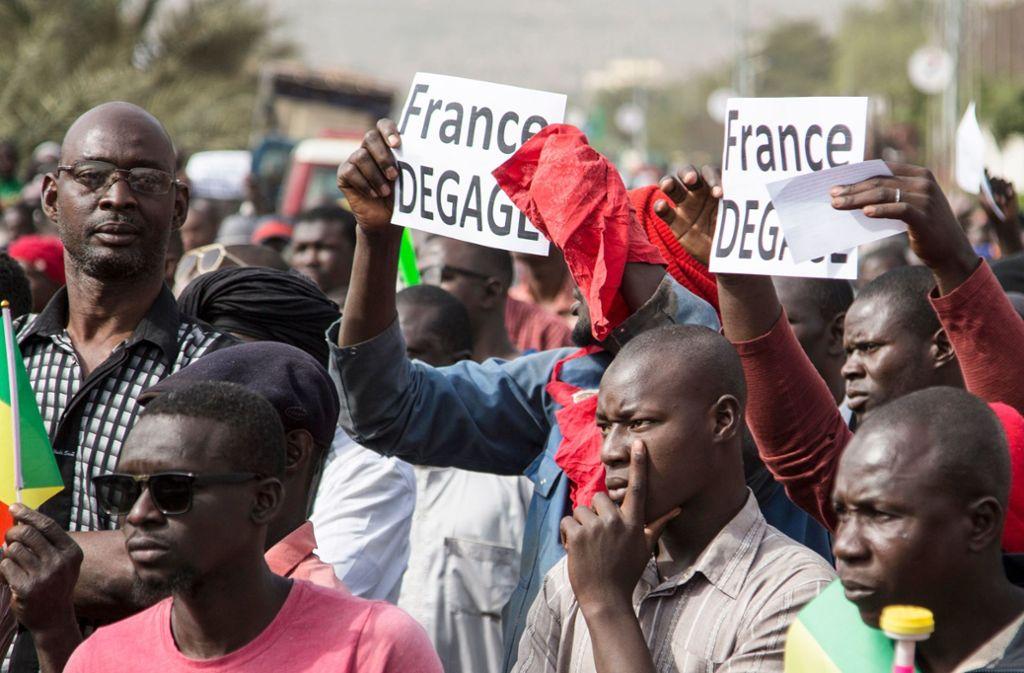 Frankreich soll seine Truppen aus Mali abziehen. Das fordern Demonstranten während einer Kundgebung in Bamako. Foto: AFP/ANNIE RISEMBERG