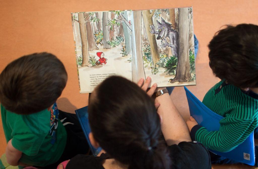 Rund 90 Prozent der Kinder lieben es, wenn ihnen vorgelesen wird. Foto: dpa-Zentralbild