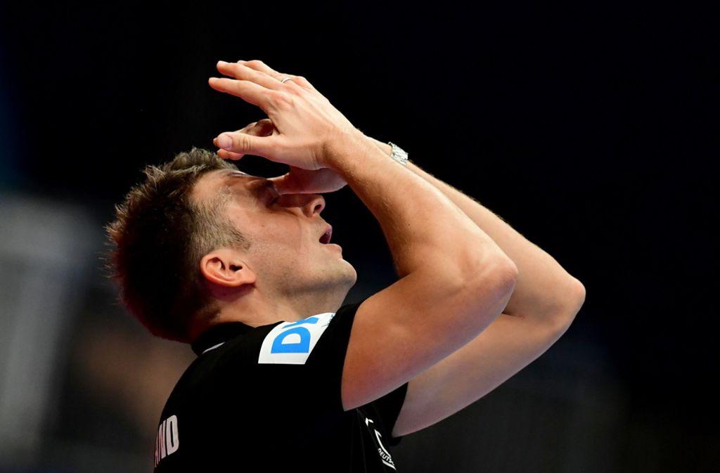 Christian Prokop, Trainer von Deutschland, kann die knappe Niederlage nicht fassen. Foto: dpa/Robert Michael