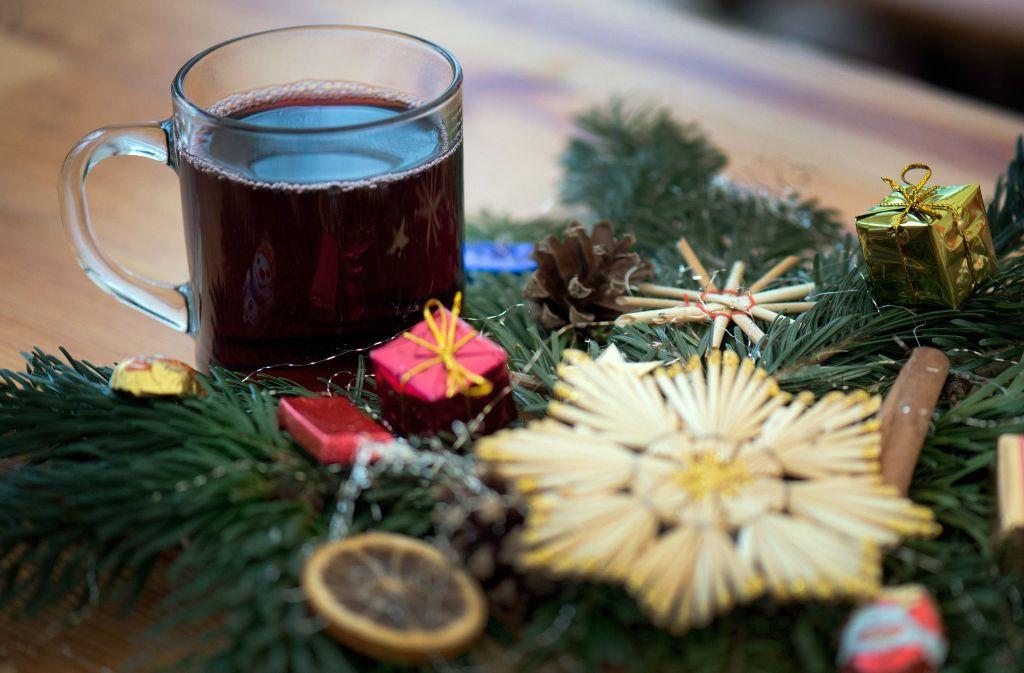 Auch wenn es schwer fällt: Bei der Weihnachtsfeier sollte man nicht zu tief ins Glas schauen. Foto: dpa-Zentralbild