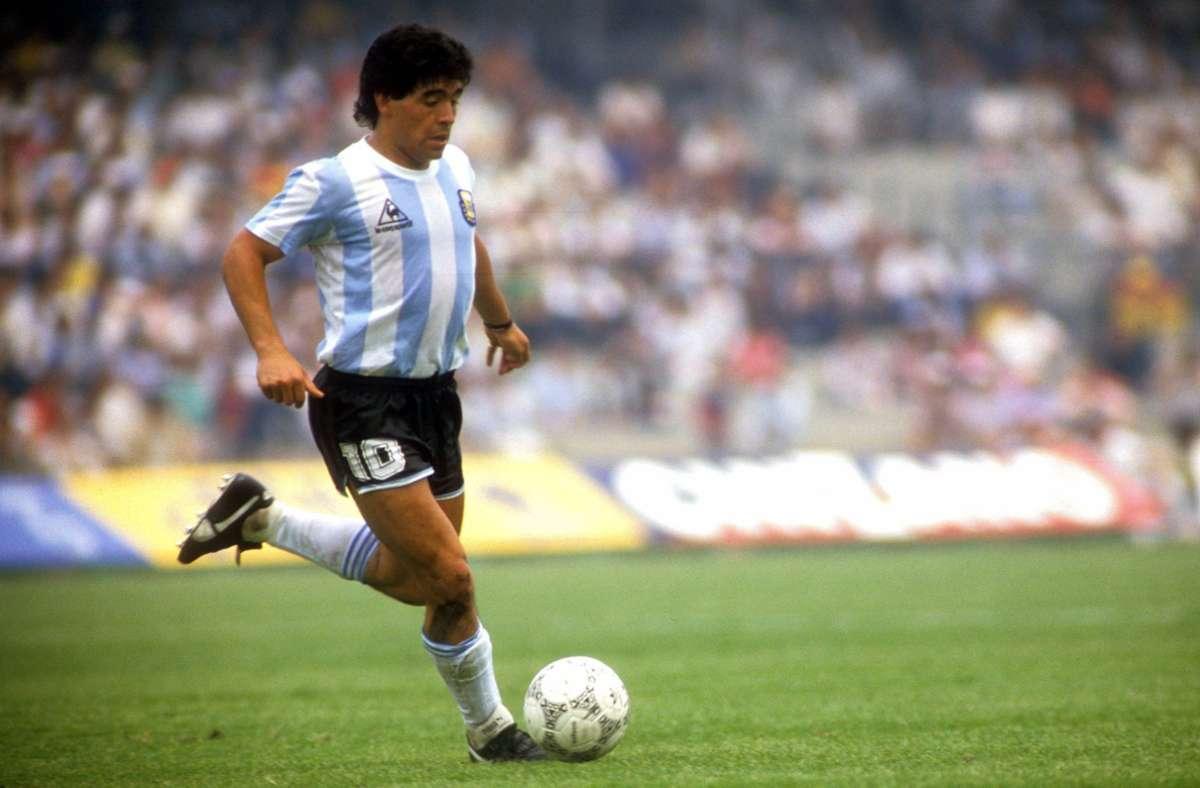 Kompakt, drahtig, eng am Ball: Maradona im argentinischen Nationaltrikot. Foto: imago sportfotodienst/imago sportfotodienst