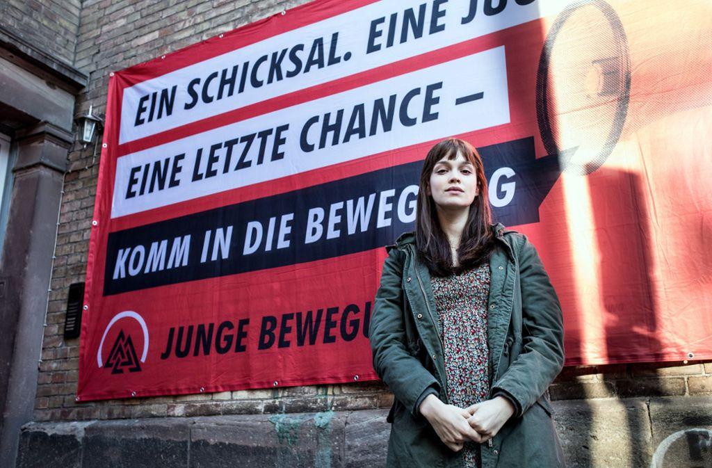 """Marie Jäger (Emilia Schüle) ist  das Aushängeschild der """"Jungen Bewegung"""" – und wenig später das Mordopfer in der Folge """"National feminin"""". Foto: NDR/Frizzi Kurkhaus"""
