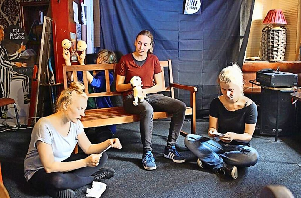 Auftritt in Edinburgh: Isabel Schmier (Mitte) und ihre Theatergruppe Foto: Döttling