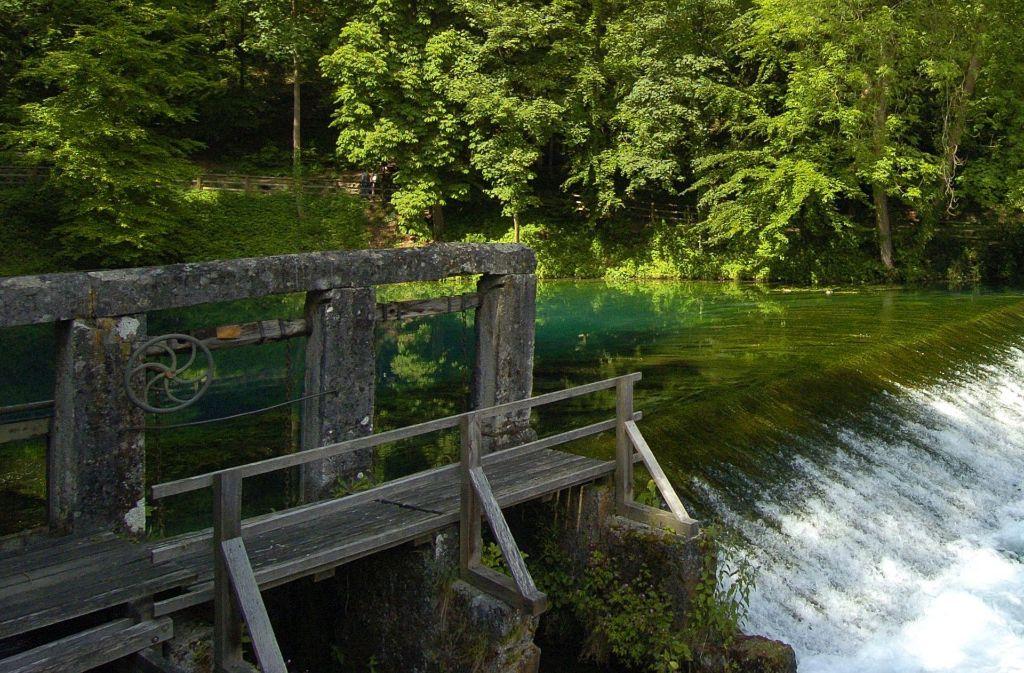 Der Blautopf in Blaubeuren besticht durch seine intensive türkisgrüne Färbung und gehört zu den beliebtesten Ausflusgzielen auf der Schwäbischen Alb. Foto: dpa