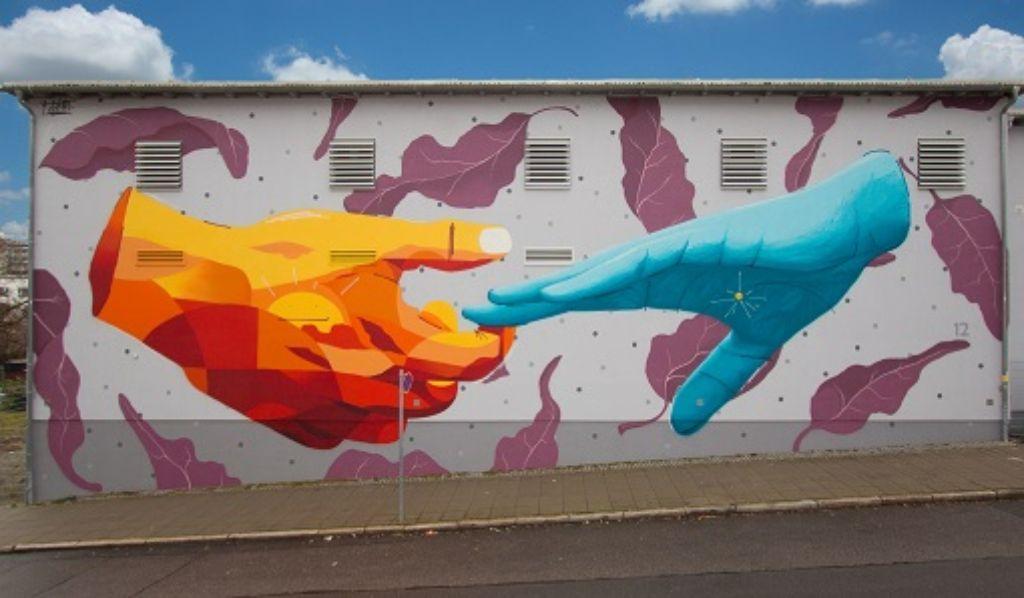 Auf der Außenfassade des Umspannwerkes in der Sattlerstraße im Stuttgarter Norden wurde am Freitag ein neues Graffiti enthüllt - ein Symbol für Hoffnung.  Foto: Netze BW