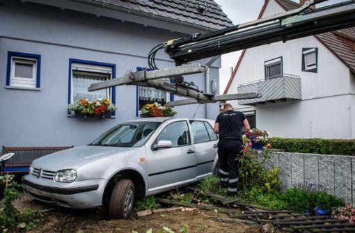 87-Jähriger landet nach Chaosfahrt mit VW in Vorgarten