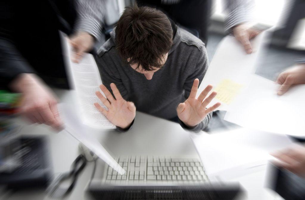 Am Arbeitsplatz kommen Gesetzes- und Regelverstöße einer Erhebung nach häufig vor. (Symbolfoto) Foto: dpa
