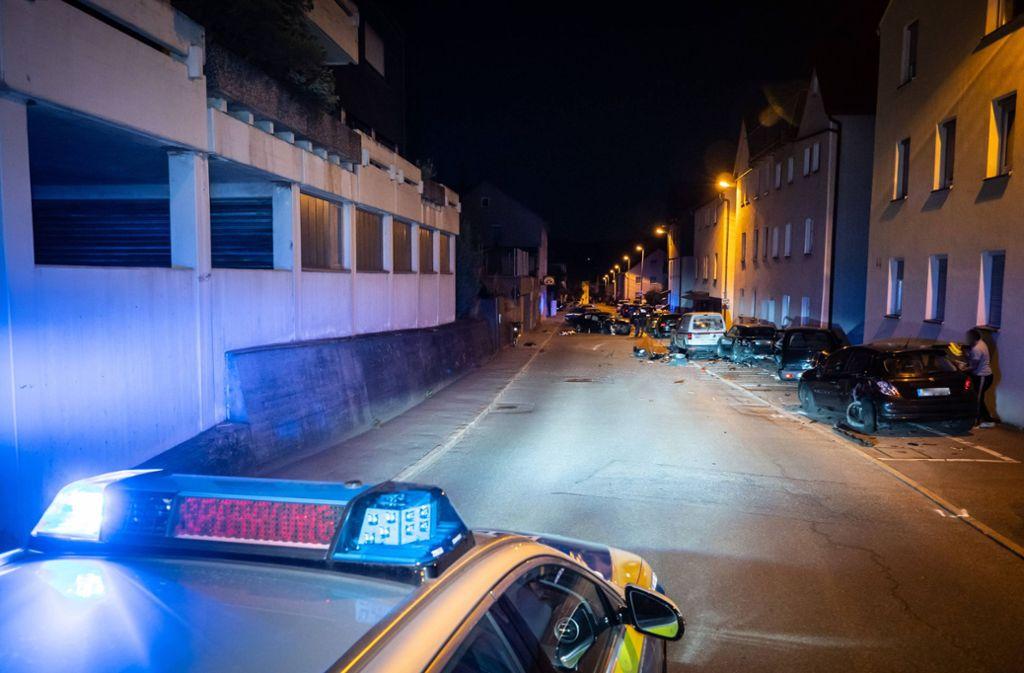 Bei dem Unfall werden mehrere geparkte Fahrzeuge und eine Hauswand beschädigt. Foto: 7aktuell.de/Alexander Hald