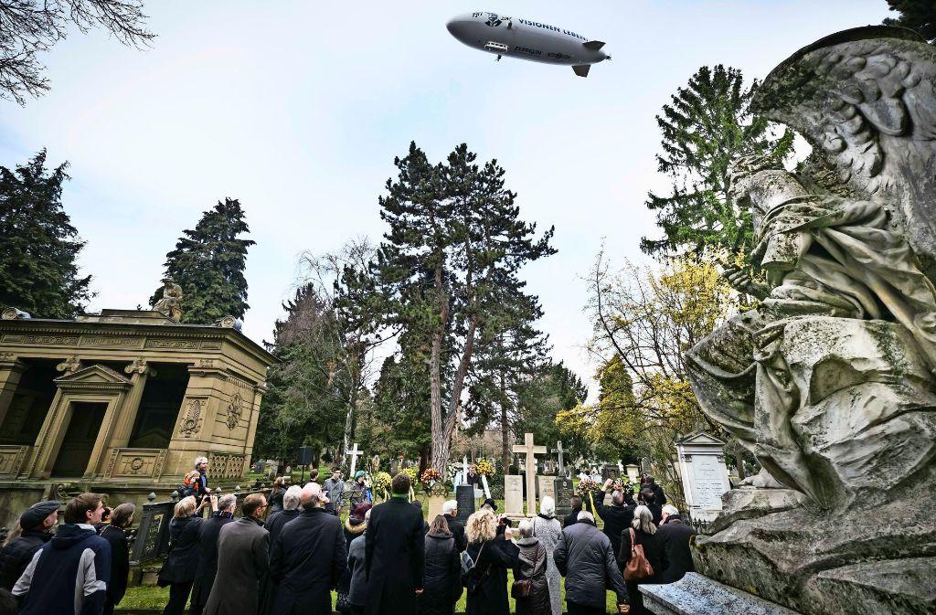 Der Zeppelin am Mittwoch über dem Pragfriedhof Foto: Lichtgut/Achim Zweygarth